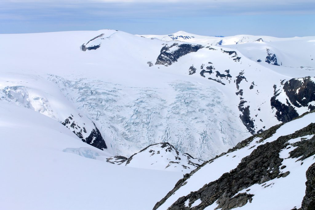 Kjenndalsbreen stuper ned mot Kjenndalen.