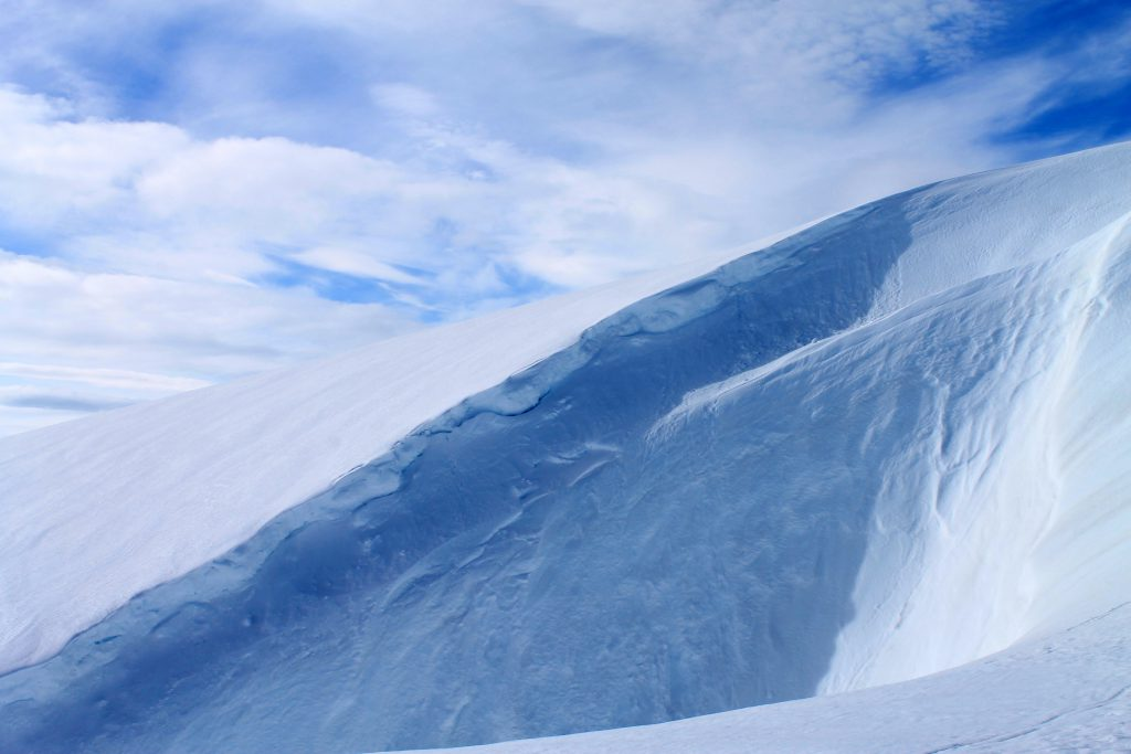 Vind lager flotte snøformasjoner i Bings gryte.