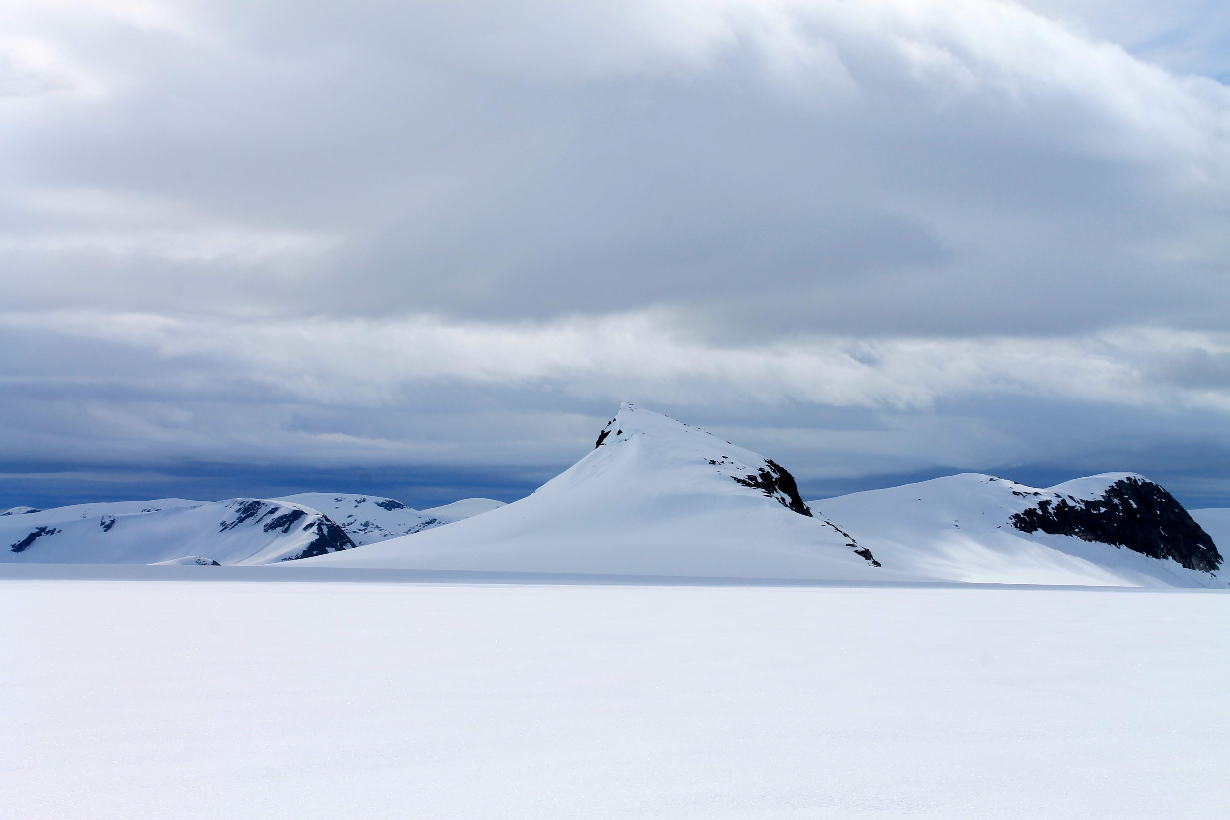 Supphellenipa (1.731 moh) markerer nedgangen til Supphellebreen og Flatbreen.