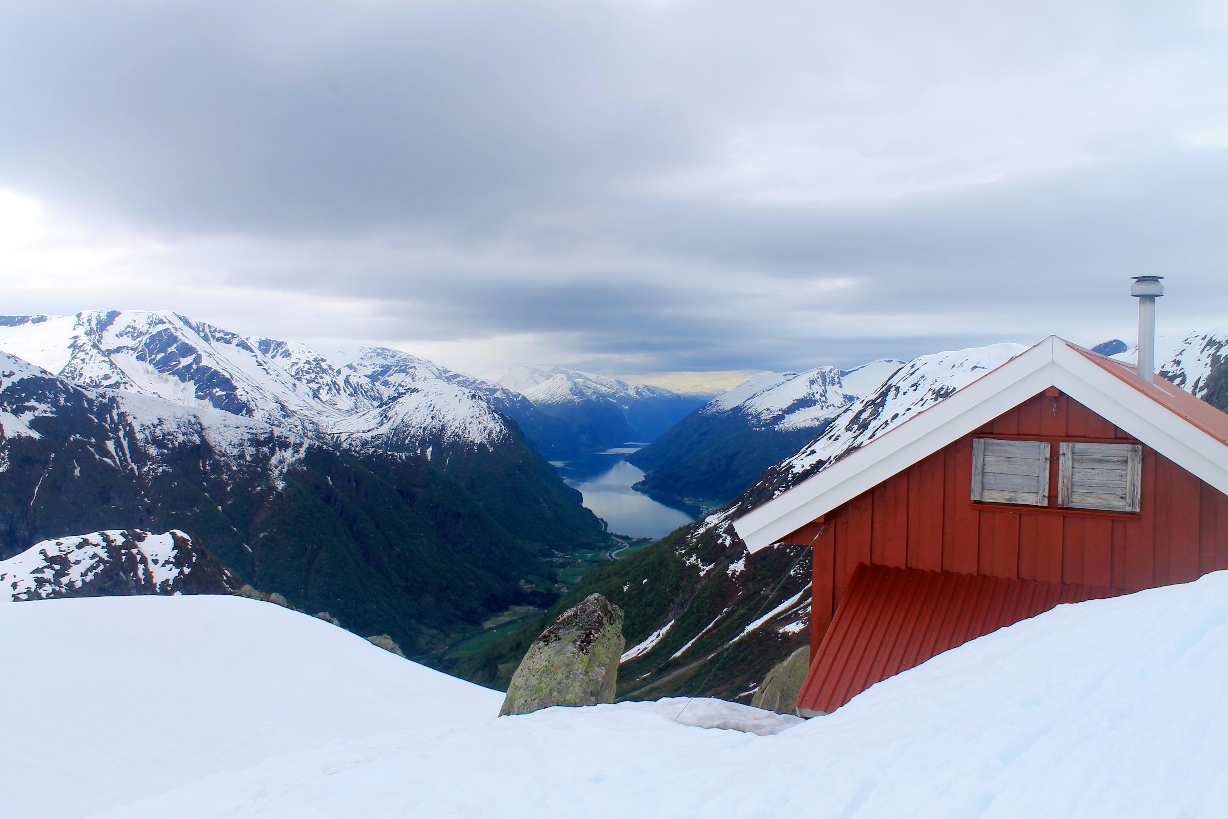 Flatbrehytta markerer slutten på skituren over Jostedalsbreen.