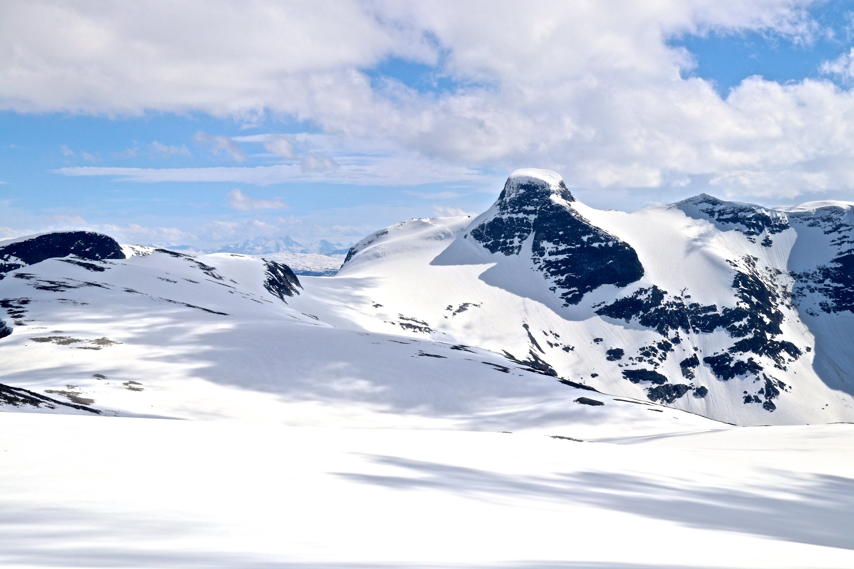 Lodalskåpa (2.083 moh) sett fra Skålefjellet (1.905 moh).
