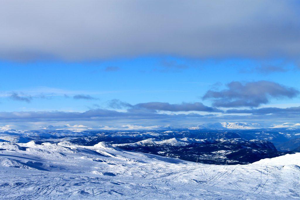 Fantastisk flott utsikt vestover fra Gråfjell. I bakgrunnen ser vi Hallingskarvet, Reineskarvet, Golsfjellet og Hemsedalsfjella.