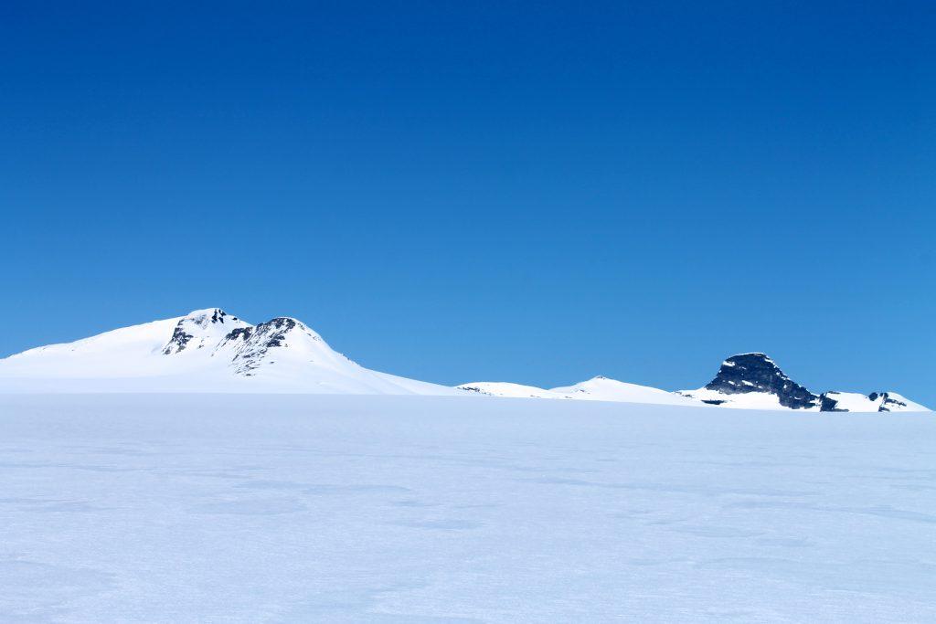 Plutselig dukker Brenibba og Lodalskåpa opp. Det betyr at vi er kommet opp på selvs Jostedalsbreen.
