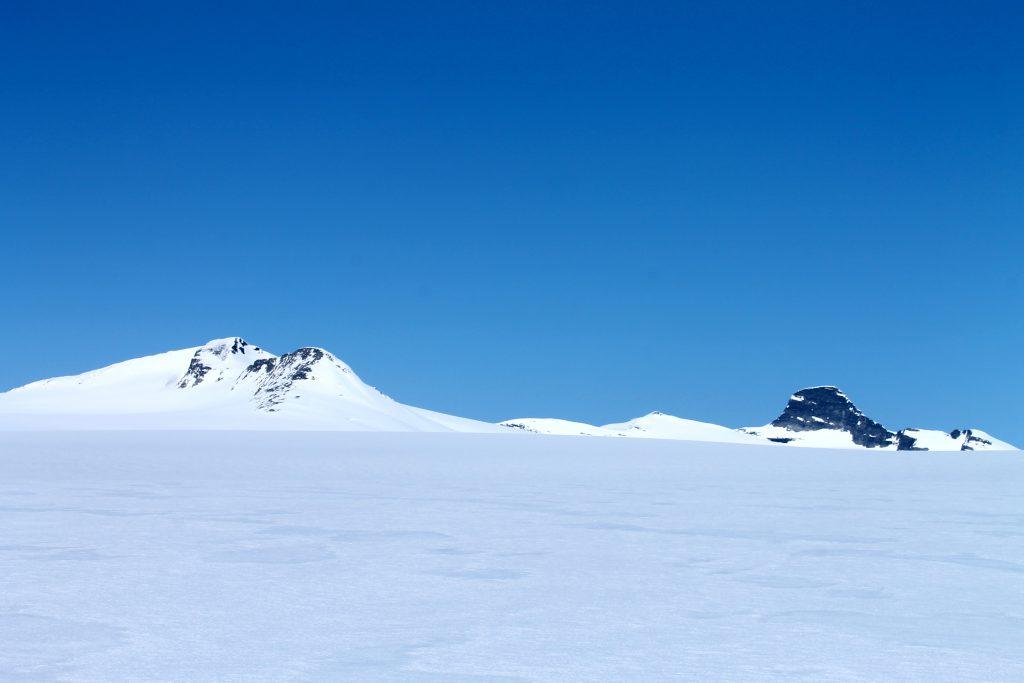 Brenibba og Lodalskåpa kommer til syne etter å ha gått opp fra Fåbergstølsbreen.