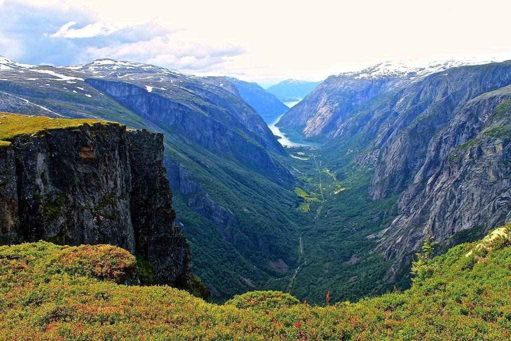 Simadalen sett fra stien, langs loddrette stup, mot Rembesdalsseter.