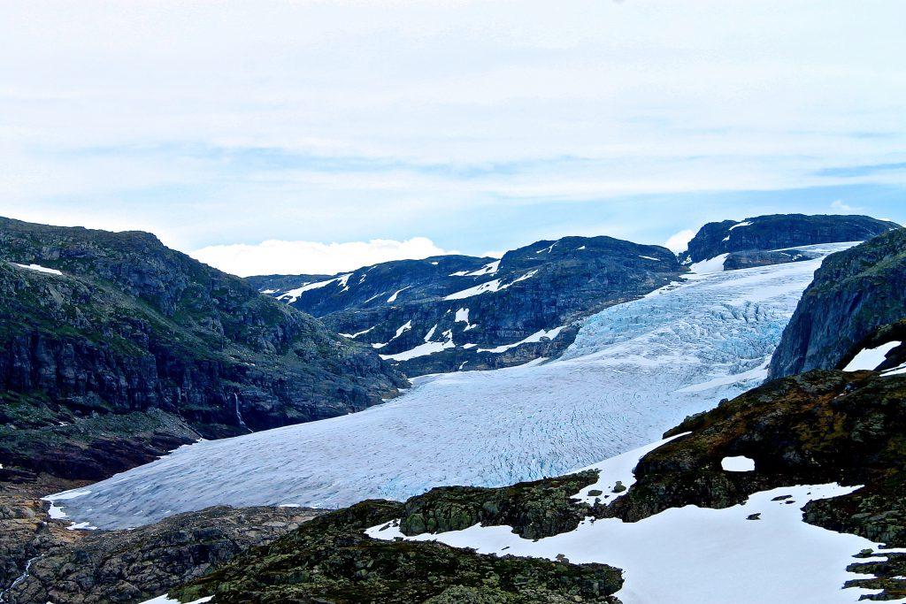 Rembesdalskåka er en brearm av Hardangerjøkulen og har en helt spektakulær beliggenhet.