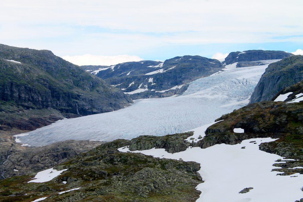 Hardagerjøkulens brearm Rembedalskåka. Helt inn til breen ligger Demmevasshytta.