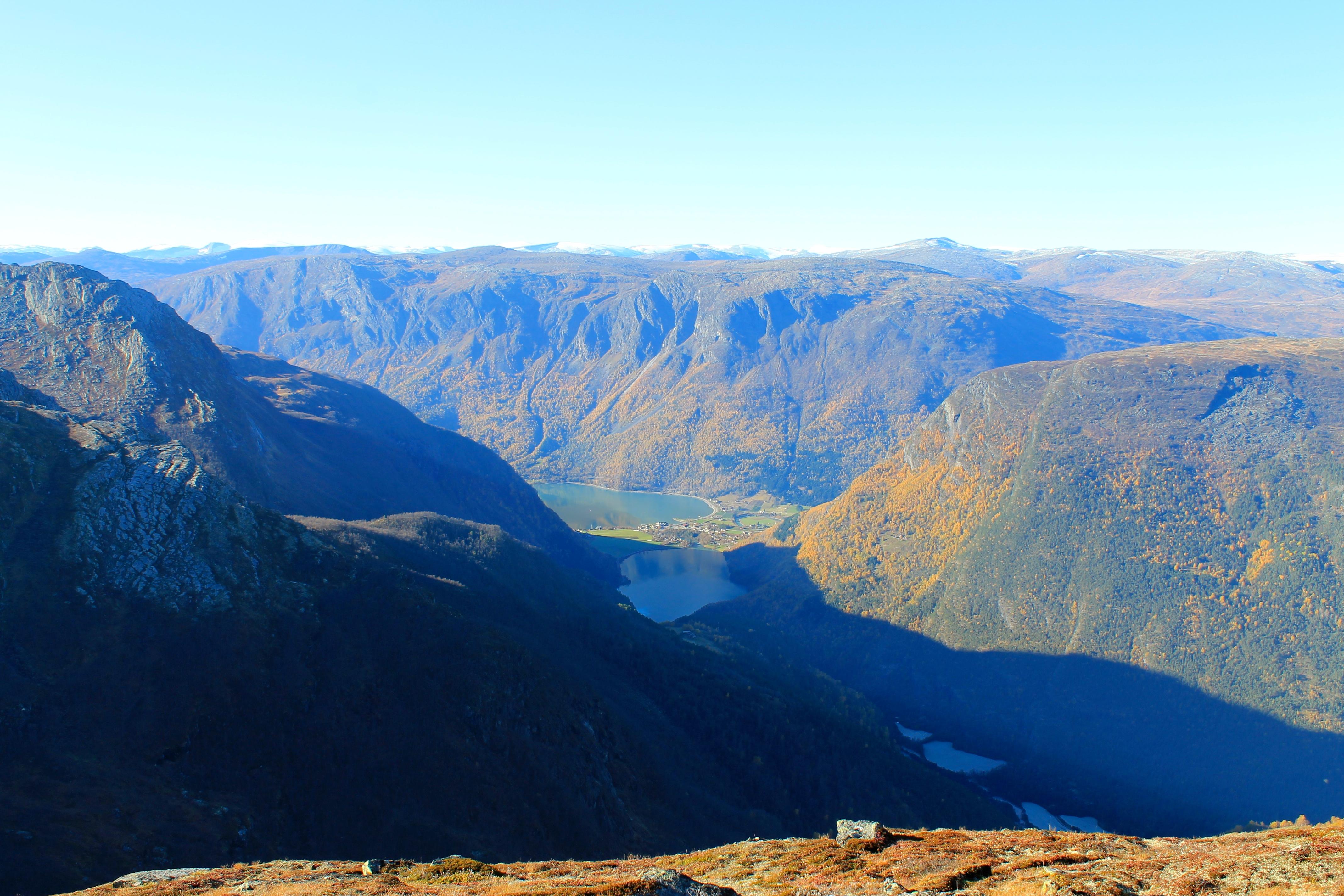 Utsikt mot Skjolden og Lustrafjorden. Berdalsfjellet er en kort avstikker fra Tindeveien.