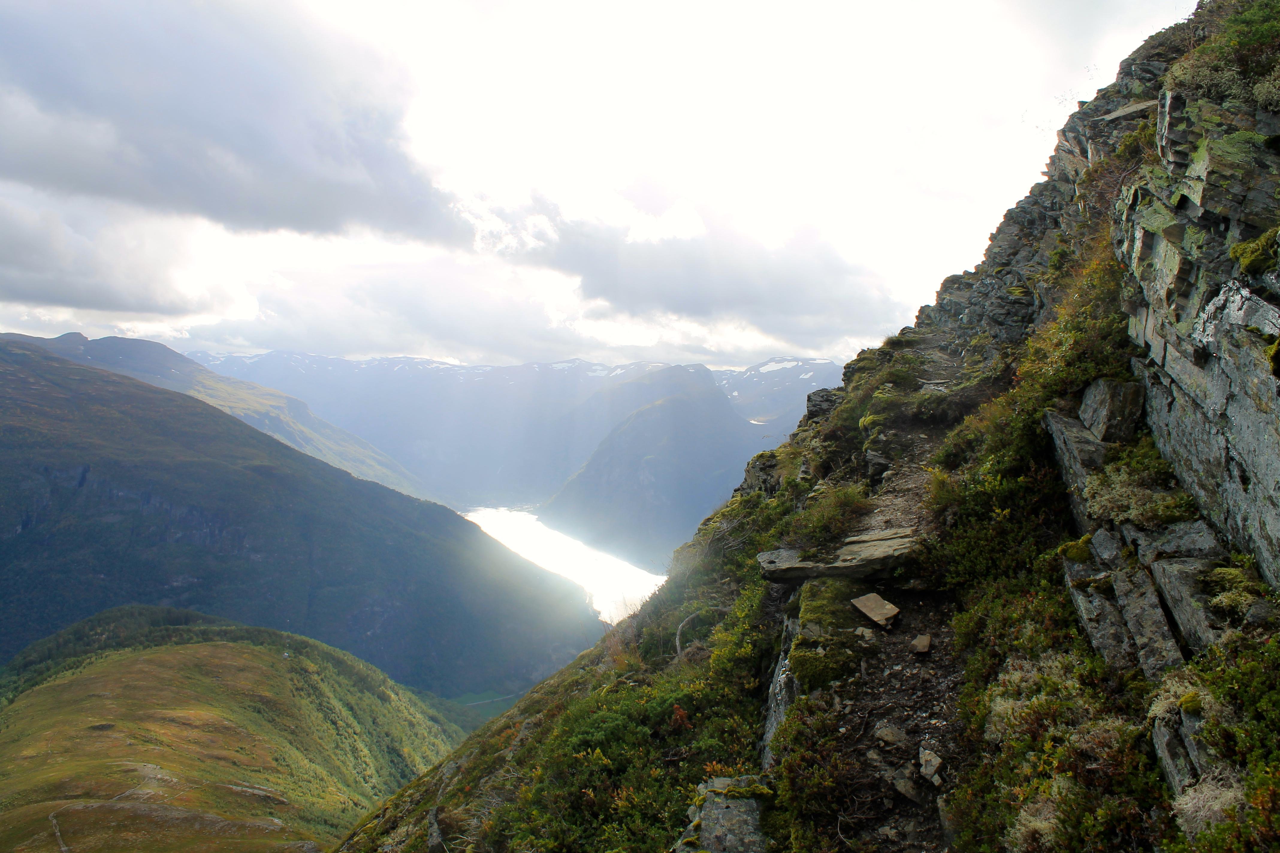 På smale, men gode stier opp til fjellet Prest over Aurlandsfjorden.