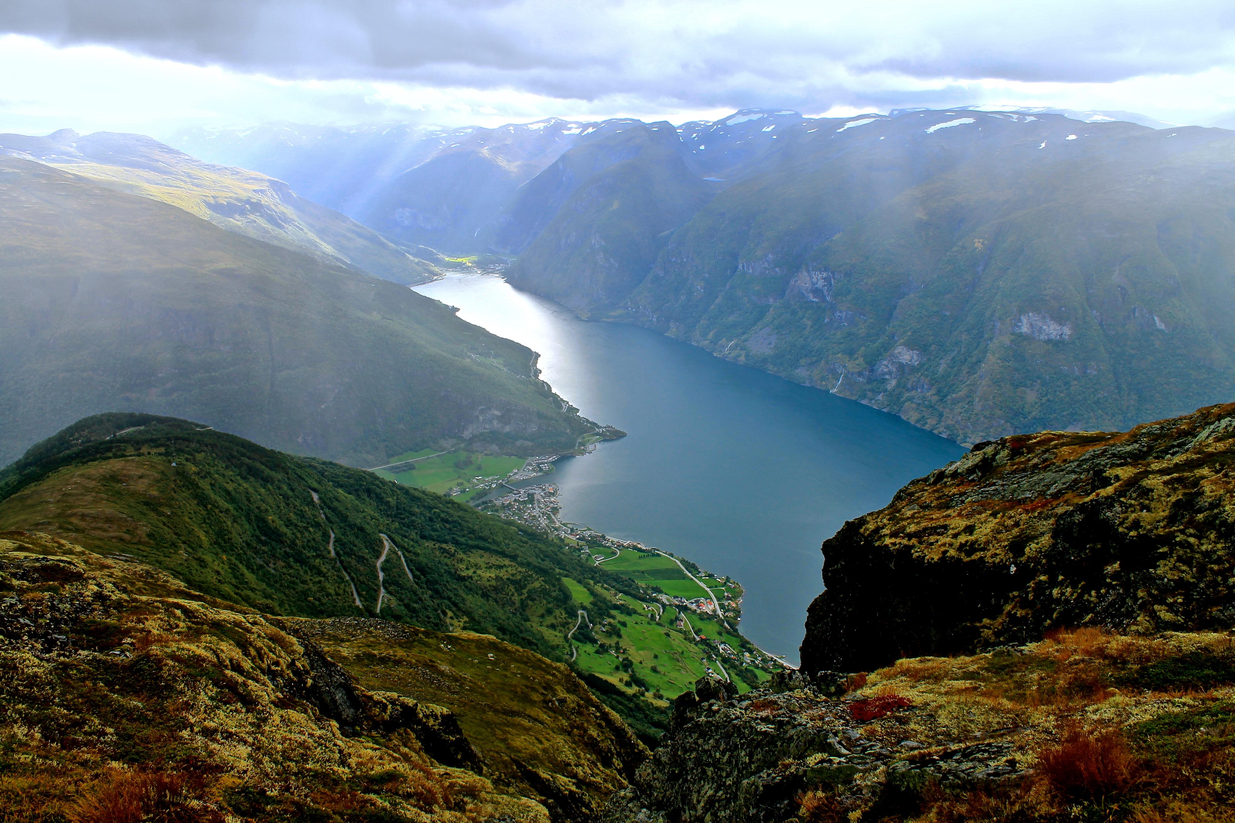Aurlandsfjorden med Aurlandsvangen og Flåm sett fra Prest.