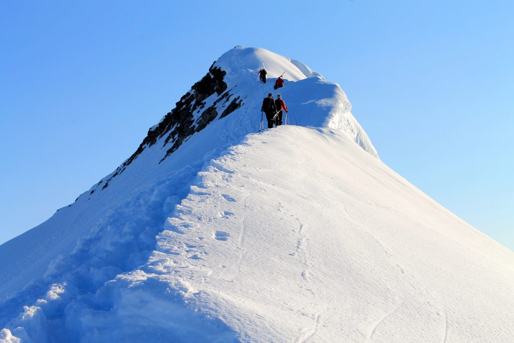 På vei over ryggen av Veslekåpa på Jostedalsbreen.