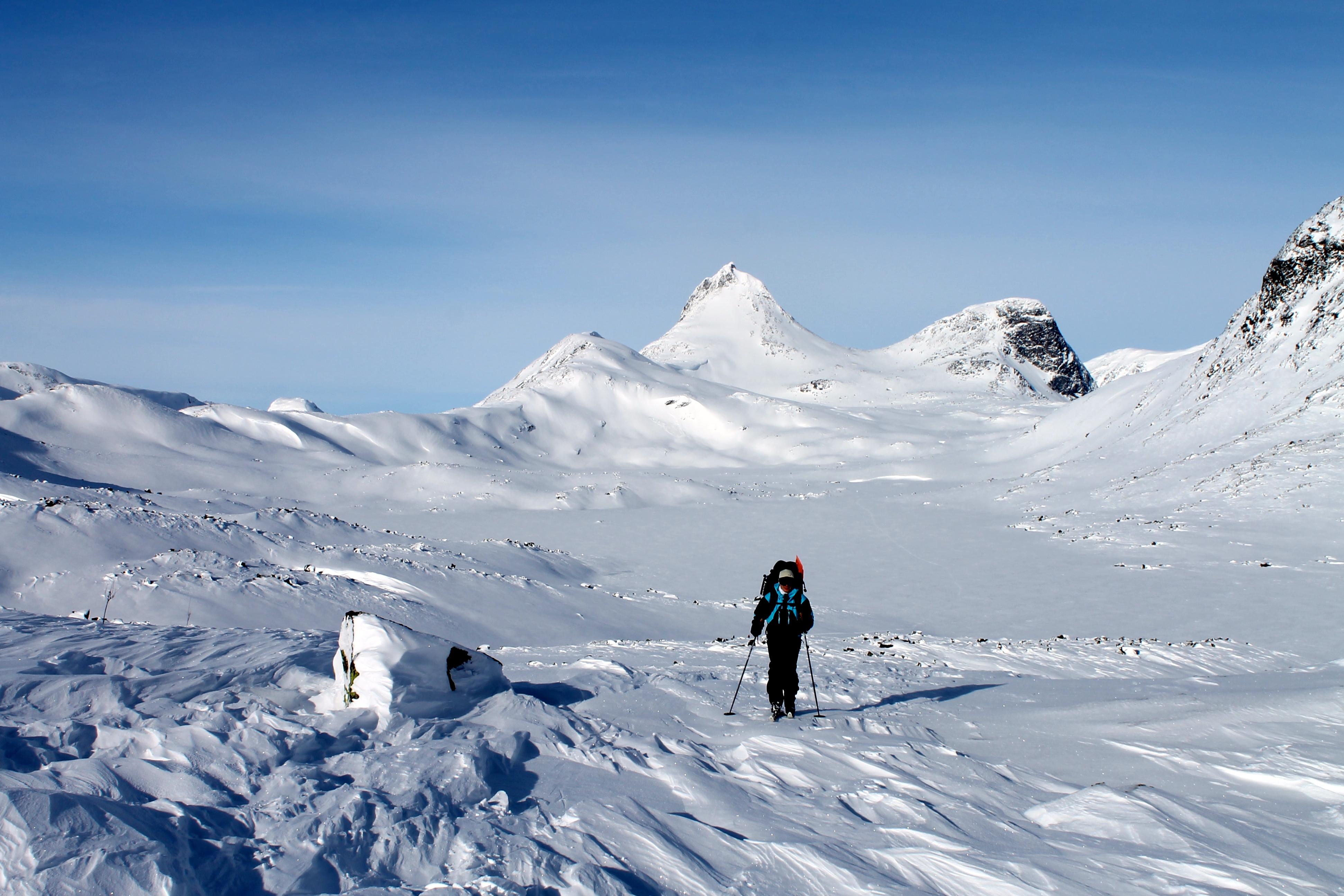 På ski gjennom Jotunheimen fra Olavsbu til Eidsbugarden. Mjølkedalstinden i bakgrunnen.