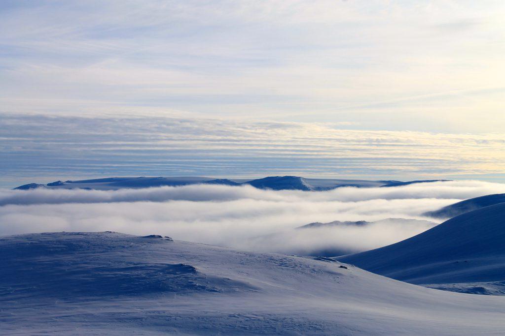 Hardangerjøkulen stikker opp av tåkehavet, her sett fra Vosseskavlen.