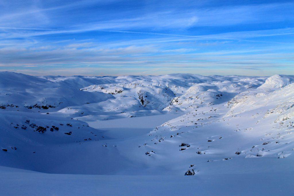 Utsikt fra Vossaskavlen ned mot Kaldavatni hvor Kaldavasshytta ligger like ved.