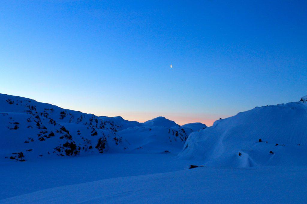 Utsikt fra Kaldevasshytta en kald og tidlig vintermorgen.
