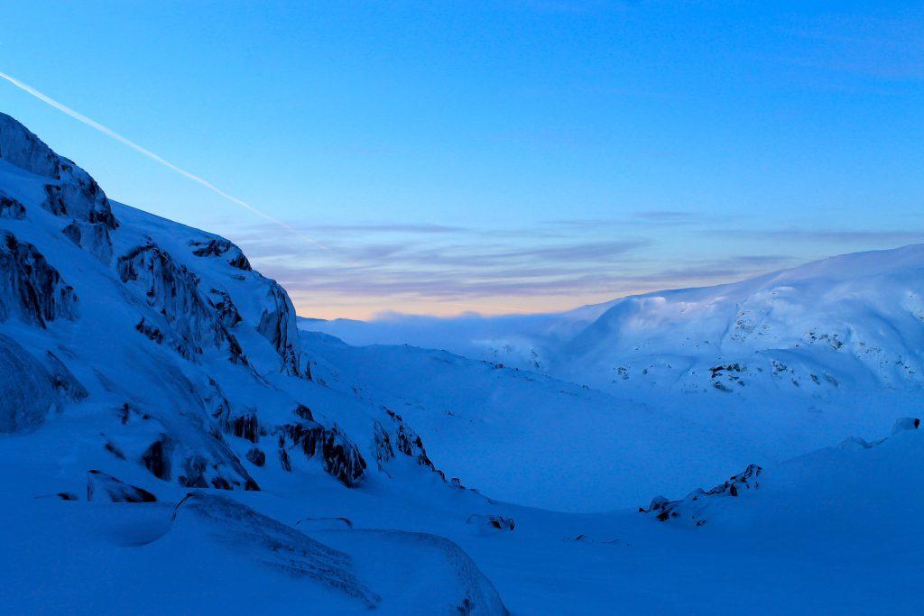 Utsikt ned mot et tåkelagt Kaldavatni fra turen over Kaldavassnuten.