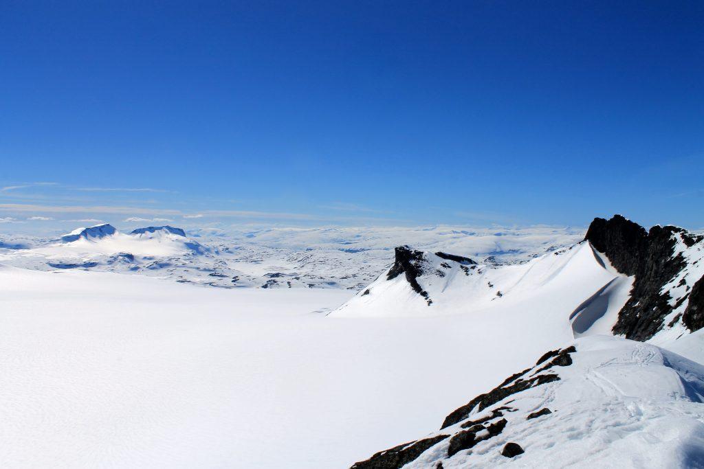 Sognefjellet med Smørstabbrean, Fannaråken, Kalven og Skeie.