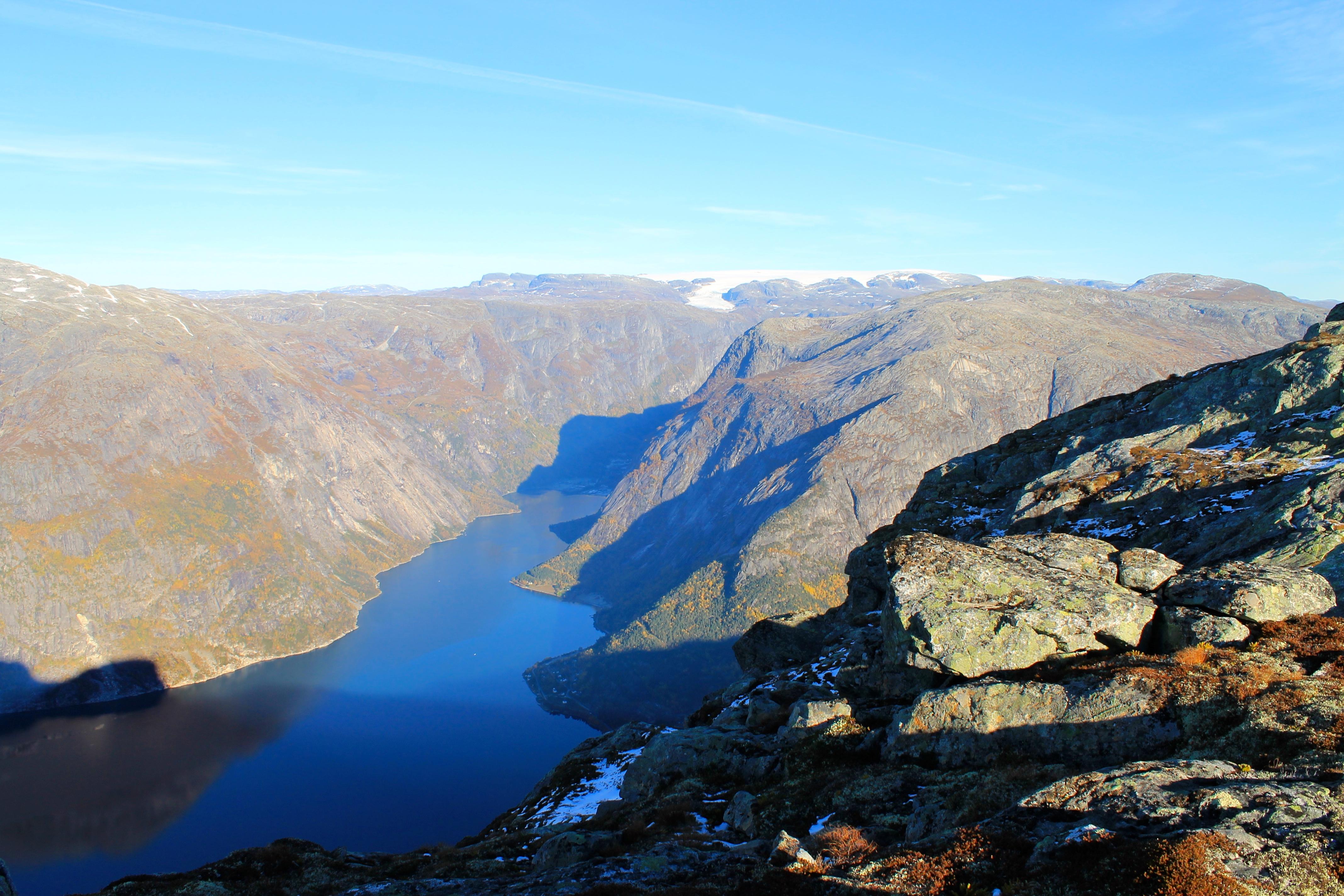 Utsikt fra Øktarnuten mot Simafjorden og Hardangerjøkulen.