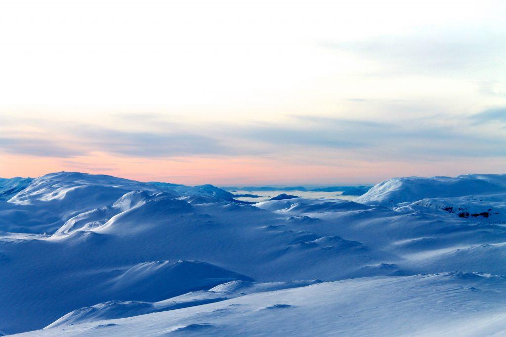 En tåkelagt Hardangerfjord i det fjerne.