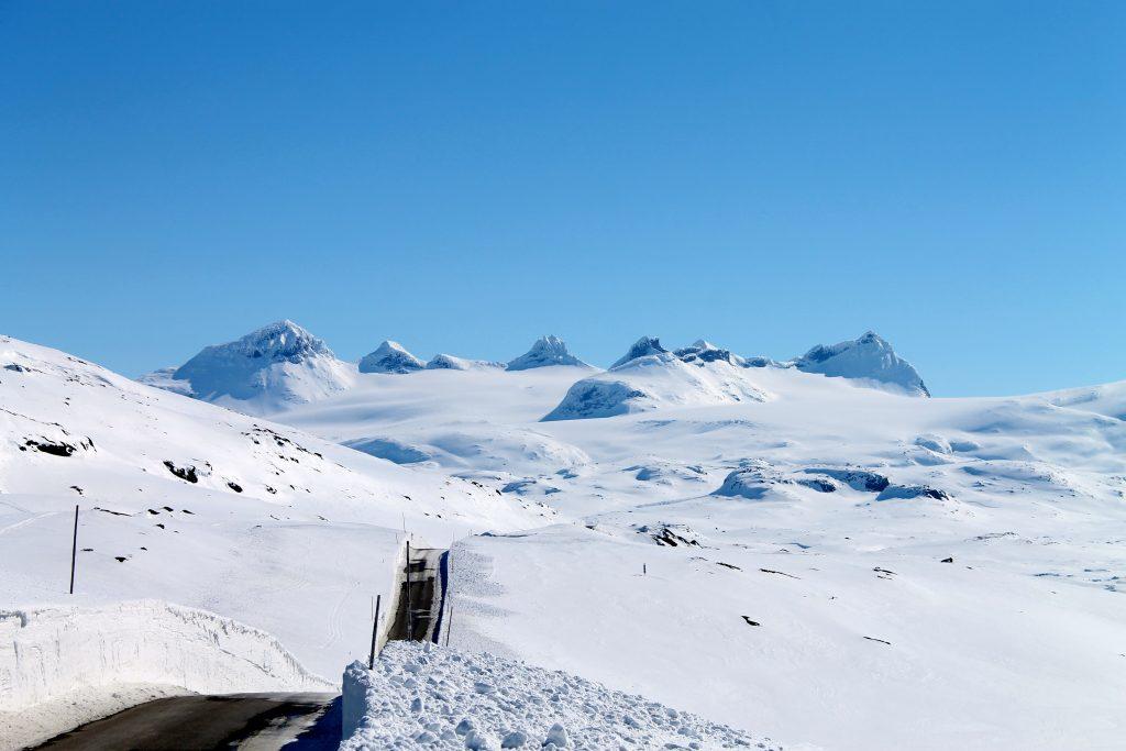 Smørstabbtindan sett fra Sognefjellsveiens høyeste punkt, 1.434 moh.