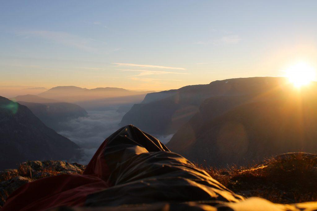 Litt av en soloppgang å våkne opp til fra soveposen på kanten av Bakkanosi.