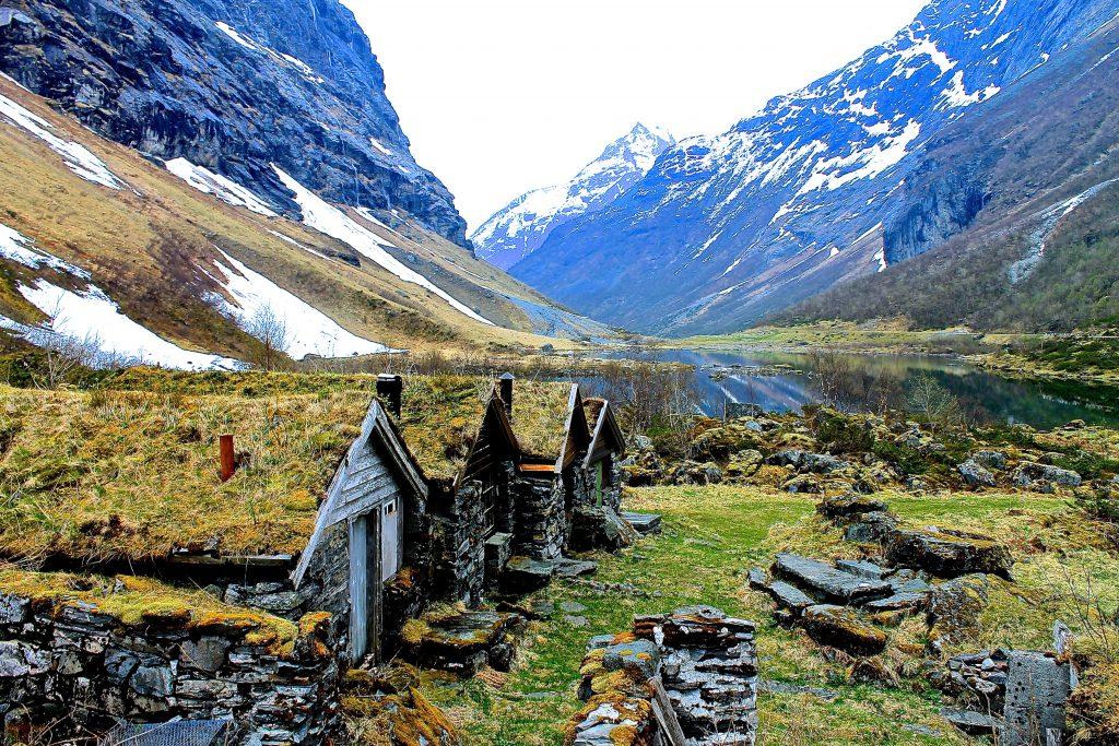 Den vakre Norengdalen med Slogen i bakgrunnen.