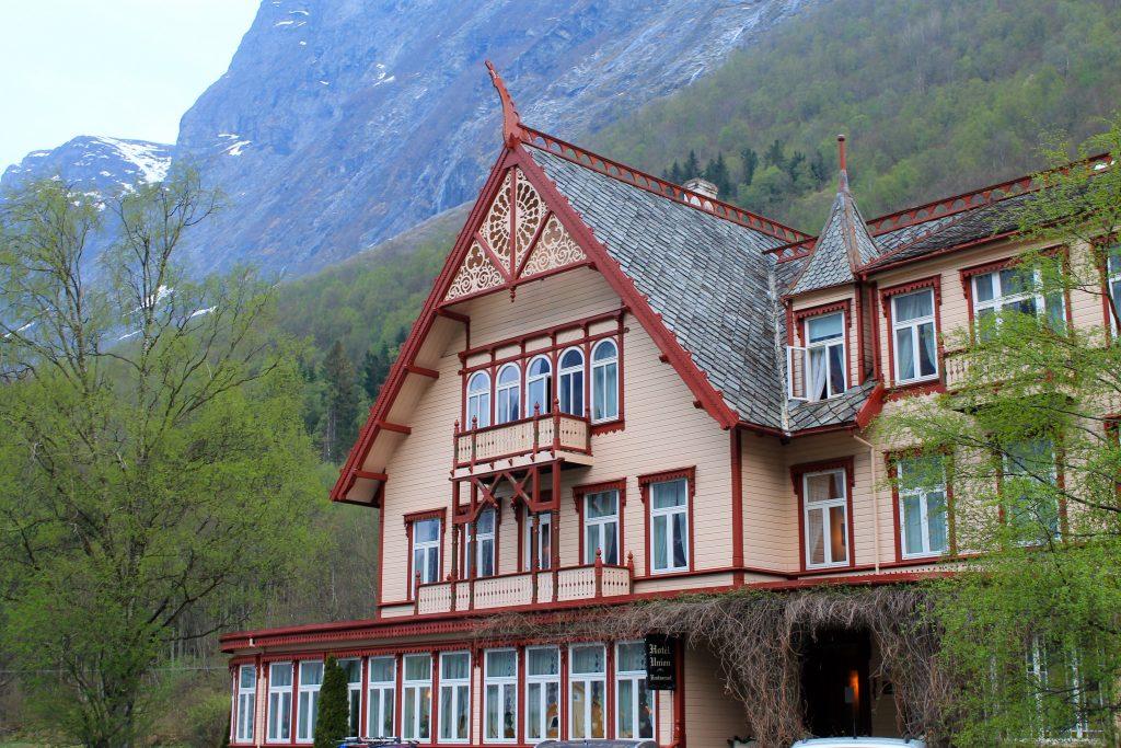 Like under Slogen ligger Øye og Hotel Union som har vært samlingspunkt for kjente fjellpionerer siden  1891.