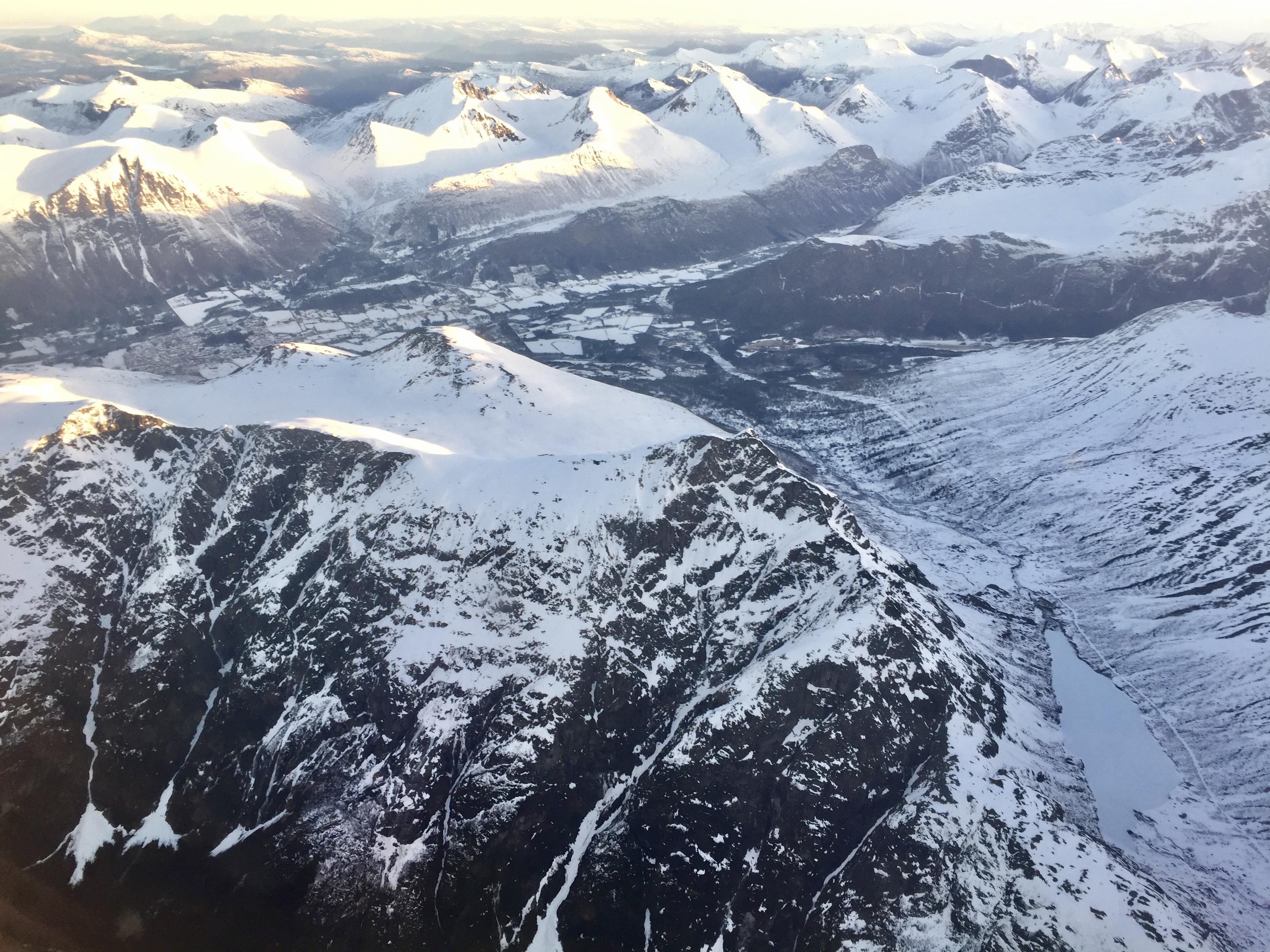 Blånebba (1.320 moh) er en flott skitopp fra Venjedalssetra. Vi ser Romsdalseggen til venstre.