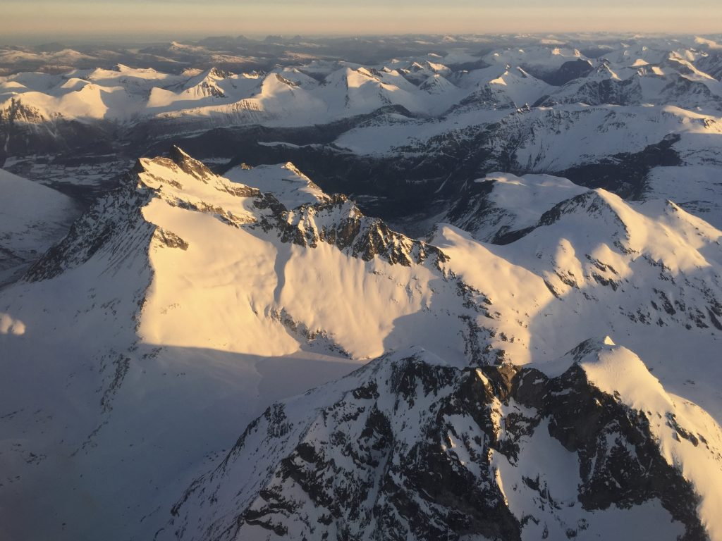 Kalskråtinden (1.801 moh) med Venjetindan bak sett fra luften.