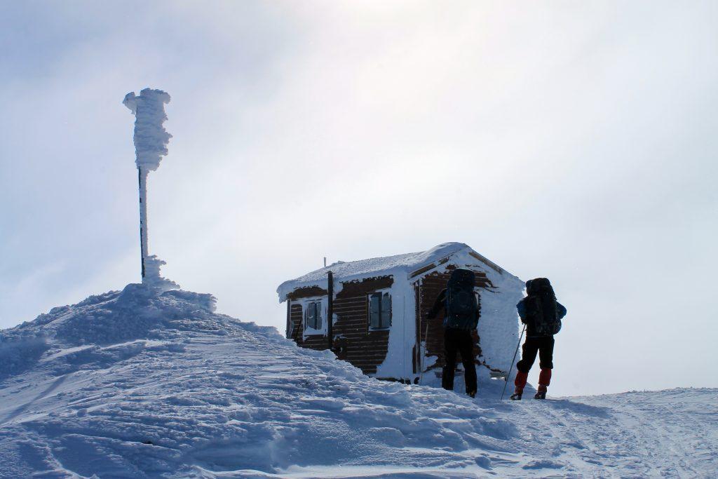 Jøkulhytta er et fint sted for lunch, før vi rusler videre over Hardangerjøkulen.