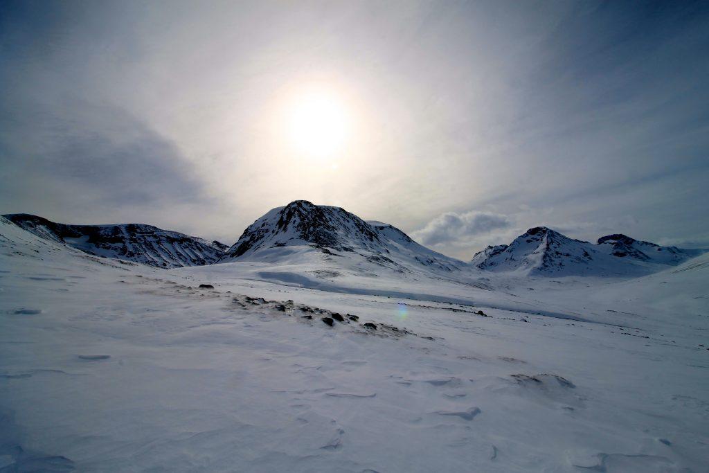 Hellstuguhøe (2.072 moh) i Visdalen med Hellstugubreen liggende i dalføret til venstre.