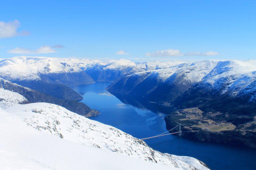 Eidfjorden og Hardangerbrua sett fra toppen av Ingebjørgfjellet.