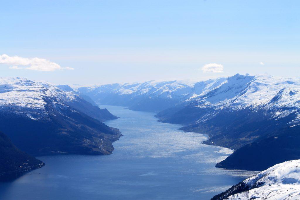 Sørfjorden strekker seg inn mot Odda. Vest for fjorden ser vi Folgefonna.