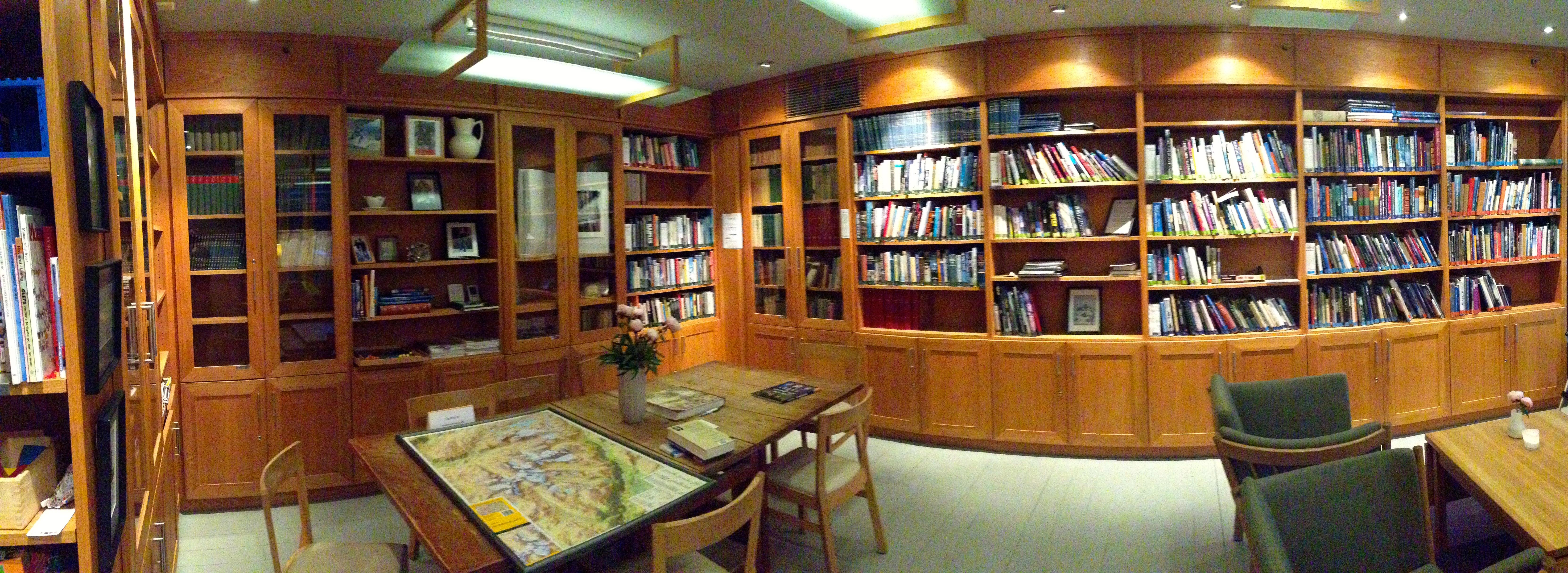 Turtagrø Hotell har et stort og flott fjellbibliotek.
