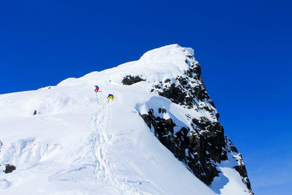 Ved gode snøforhold er det grei klyving opp til toppen av Kniven (2.133 moh) i Smørstabbtindan.