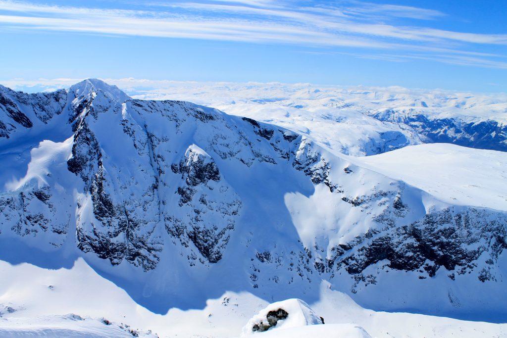Lauvnostinden sett fra Dyrhaugstindane. Ryggen ned Lauvnostinden egner seg ypperlig for skikjøring.