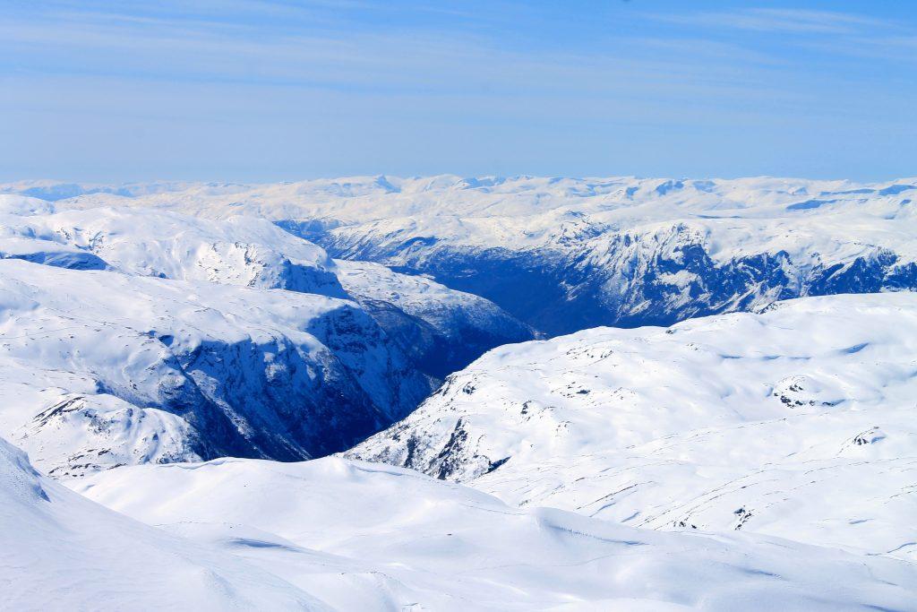 Utsikt ned mot de bratte fjellsidene som stuper ned Bergsdalen med Fortun, Skjolden og Lustrafjorden.