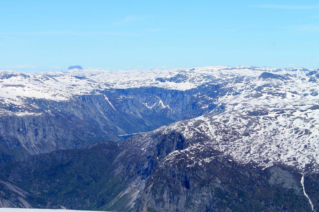 Utsikt fra Holmaskjer inn i Ringedalen og mot Hardangervidda. Hårteigen (1.690 moh) i bakgrunnen.