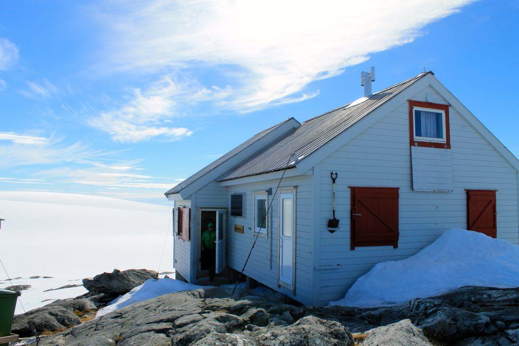 Hytten Holmaskjer ligger på et skjær som stikker opp på breen Folgefonna.