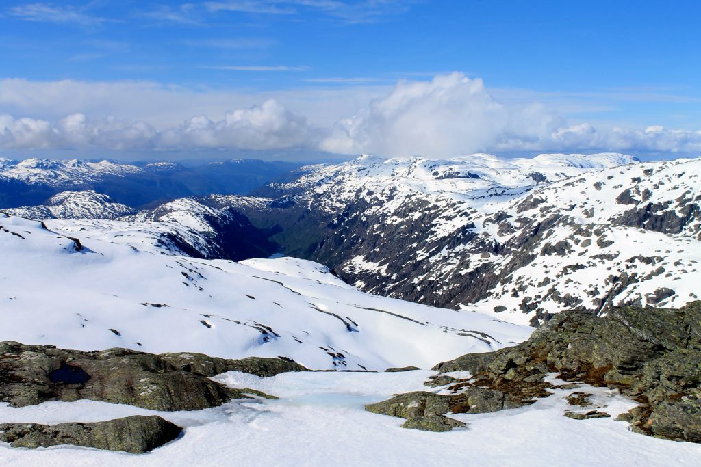 Utsikt fra Sauanuten ned mot Sandvikedalen og Åkrafjorden.