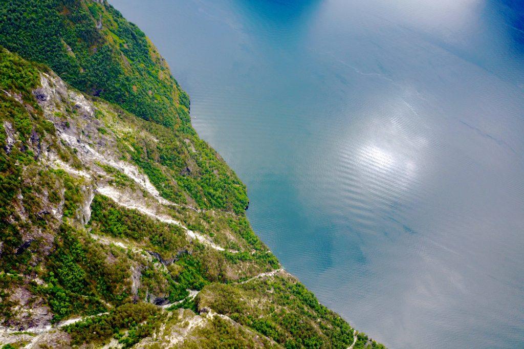 Det stuper nesten 1.100 meter ned i Aurlandsfjorden fra Kalvsnesnosi.