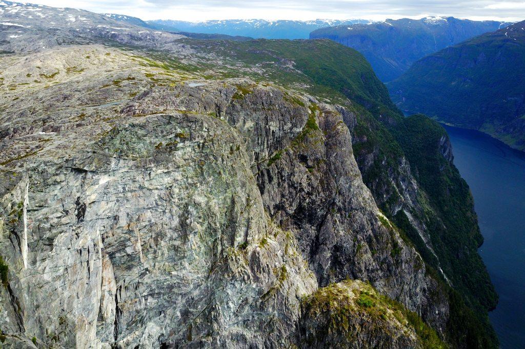 Det stuper bratt ned fra Kalvsnesnosi (1.093 moh) til Aurlandsfjorden.