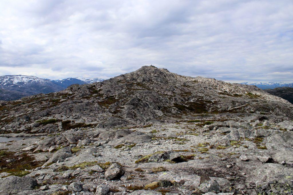 Kalvsnesnosi ser snill ut fra  øst. Bak varden stuper det ned i Aurlandsfjorden.