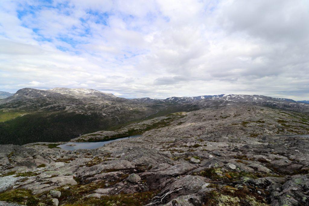 Utsikt fra Kalvsnesnosi mot  Kolarbotn, fjellområdet vi har gått gjennom.