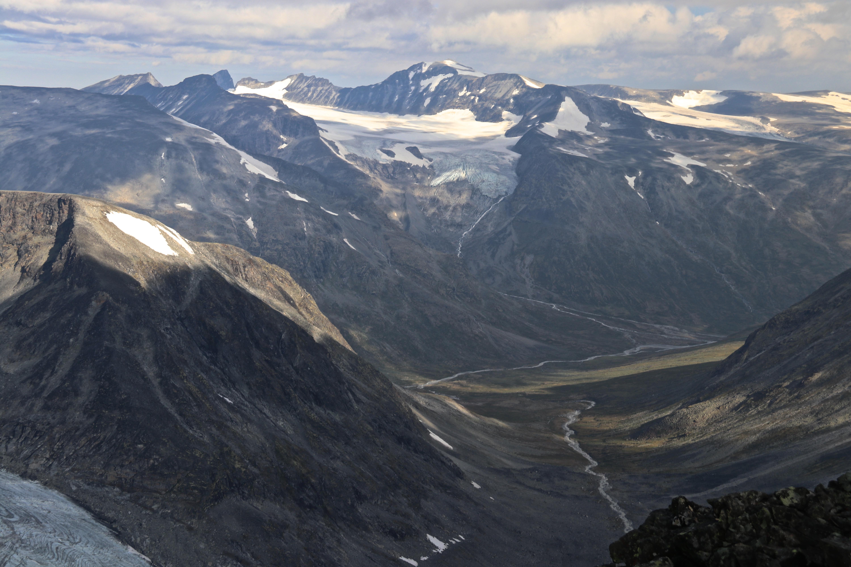 Utsikt mot Svellnosbrean, Eventyrisen og Galdhøpiggen fra Memurutindan.