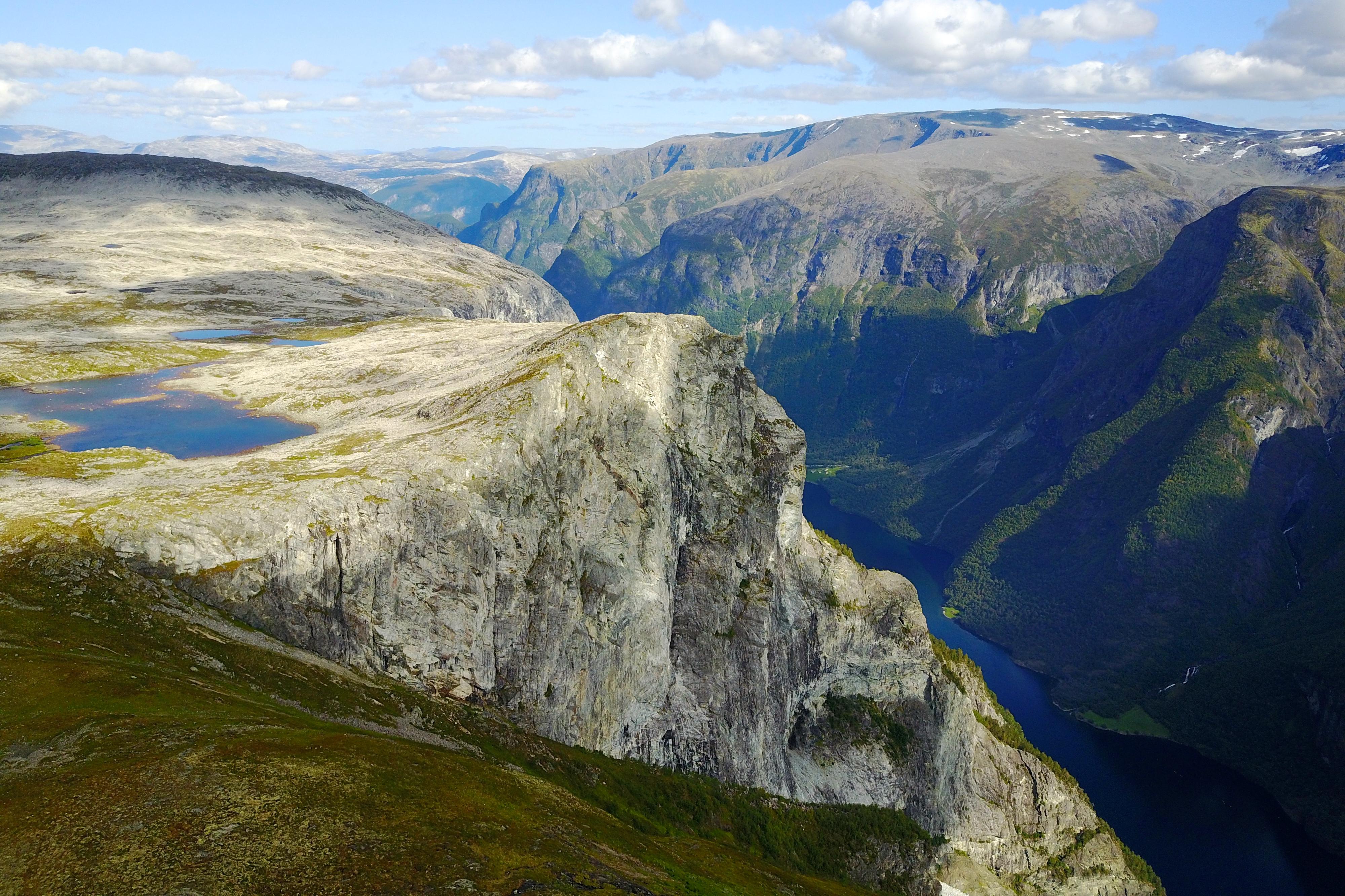 Klippen Breiskrednosi 1.189 meter over Nærøyfjorden er et flott utsiktspunkt.