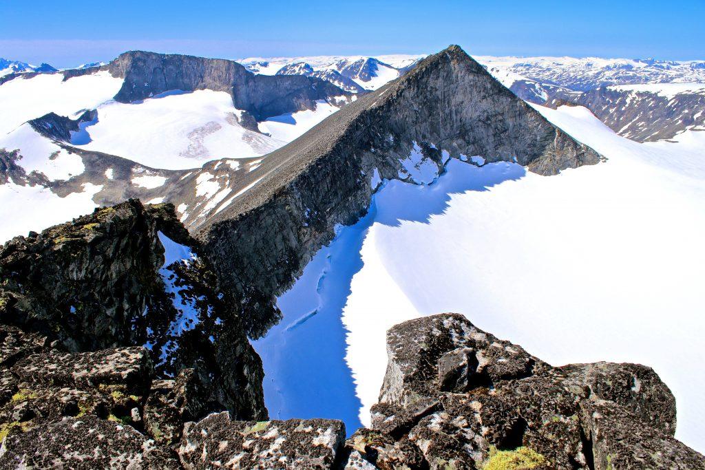 Store Tverråtindan (2.309 moh) sett fra Midtre Tverråtindan (2.302 moh).