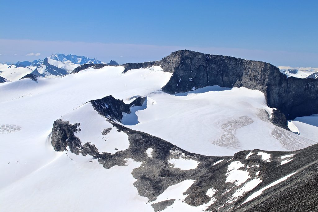 Tverråbandet med Lindebergtinden (2.120 moh) og Bukkehøe (2.314 moh) sett vra Tverråtindan.