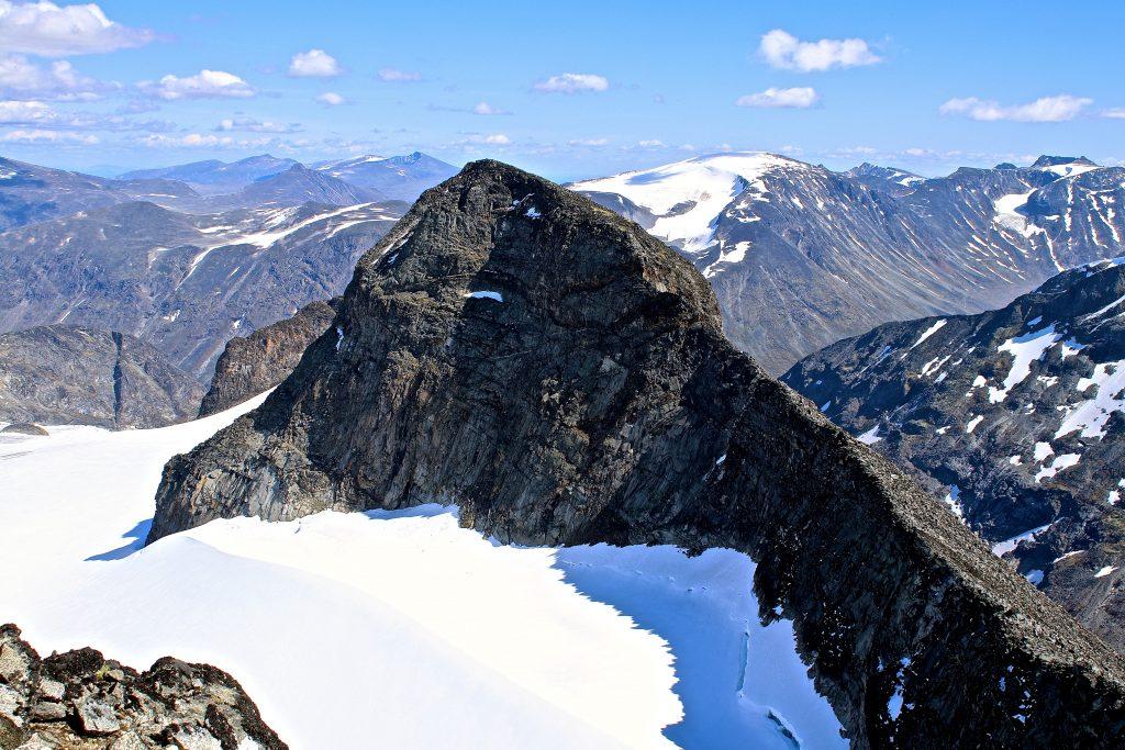 En tilbakelagt tur over Midtre Tverråtindan (2.302 moh), med en rappell på vei ned.