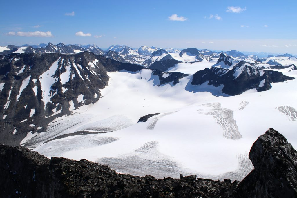 Tverråbrean med Styggehøe og Nørdre Bukkeholstindan, sett fra Tverråtindan.